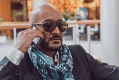 Arabischer Geschäftsmann, der am Handy spricht Stockfotos