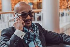 Arabischer Geschäftsmann, der am Handy spricht Stockfoto