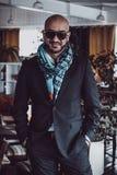 Arabischer Geschäftsmann, der im Restaurant aufwirft Porträt Stockfotografie