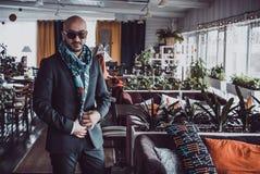 Arabischer Geschäftsmann, der im Restaurant aufwirft Porträt Lizenzfreie Stockbilder