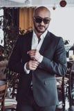 Arabischer Geschäftsmann, der im Restaurant aufwirft Porträt Stockbilder
