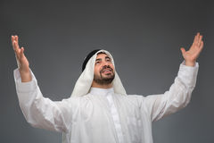Arabischer Geschäftsmann, der seine Hände anhebt Lizenzfreie Stockfotografie