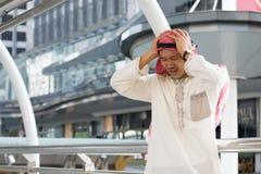 Arabischer Geschäftsmann ist vom Verlieren in der Börse enttäuscht Stockfoto