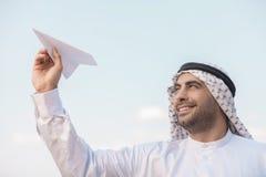 Arabischer Geschäftsmann mit Papierflugzeug. Stockfoto