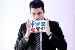 Arabischer Geschäftsmann mit Websitelogos des Sozialen Netzes stockfoto
