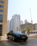 Arabischer Geschäftsmann und Aufbau am Hintergrund Lizenzfreies Stockfoto