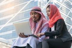 Arabischer Geschäftsmann und Geschäftsfrau, die Computer verwendet Lizenzfreies Stockbild