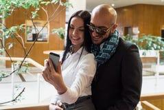 Arabischer Geschäftsmann und Mädchen, die selfie macht Lizenzfreie Stockbilder