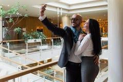 Arabischer Geschäftsmann und Mädchen, die selfie macht Stockfotos