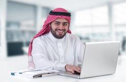 Arabischer Geschäftsmann unter Verwendung des Laptops im Büro Stockfoto