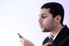 Arabischer Geschäftsmann, der für Geschäftstreffen sich vorbereitet Stockbilder
