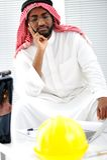 Arabischer Ingenieur, der ein Interesse hat Stockbild