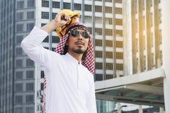 Arabischer Ingenieurbauarbeiter, der Sturzhelmbau hält Stockfotos