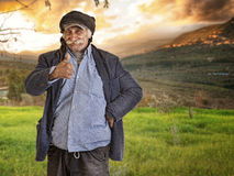Arabischer libanesischer Mann/Landwirt mit den Daumen oben Stockfotos