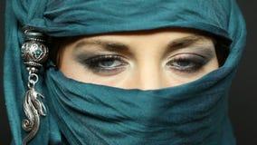 Arabischer Mädchenflüchtiger blick stock video