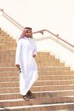 Arabischer Mann, der die Treppe hinunter geht Stockbild