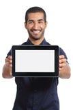 Arabischer Mann, der eine APP in einem leeren horizontalen Tablettenschirm zeigt Lizenzfreies Stockbild
