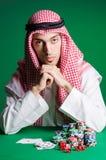 Arabischer Mann, der im Kasino spielt Lizenzfreies Stockfoto