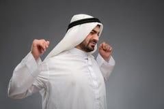 Arabischer Mann, der seine Hände sind müde anhebt Lizenzfreie Stockfotografie