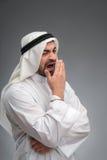 Arabischer Mann, der seine Hände sind müde anhebt Stockfoto
