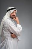Arabischer Mann, der stark mit der Hand auf seinem Gesicht denkt Stockfoto