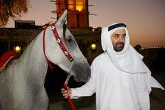 Arabischer Mann mit arabischem Pferd Lizenzfreie Stockfotos