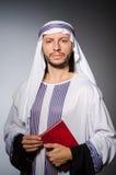 Arabischer Mann mit Buch in der Verschiedenartigkeit lizenzfreie stockfotografie