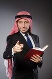 Arabischer Mann mit Buch in der Verschiedenartigkeit stockfotografie