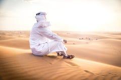 Arabischer Mann mit traditionellen Emiraten kleidet das Gehen im dese Lizenzfreie Stockfotografie