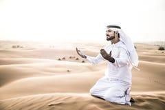 Arabischer Mann mit traditionellen Emiraten kleidet das Gehen im dese Lizenzfreies Stockfoto