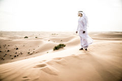 Arabischer Mann mit traditionellen Emiraten kleidet das Gehen im dese Stockbilder