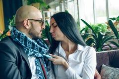 Arabischer Mann sitzt, umarmt ein schönes Mädchen Lizenzfreies Stockfoto