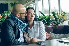 Arabischer Mann sitzt, umarmt ein schönes Mädchen Lizenzfreie Stockfotos