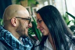 Arabischer Mann sitzt, umarmt ein schönes Mädchen Stockbilder