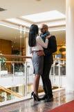 Arabischer Mann umarmt ein hübsches Mädchen im Restaurant Lizenzfreies Stockfoto