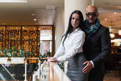 Arabischer Mann umarmt eine hübsche Frau im Restaurant Stockbilder