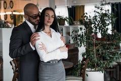 Arabischer Mann umarmt eine hübsche Frau im Restaurant Stockbild