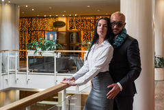 Arabischer Mann umarmt eine hübsche Frau im Restaurant Lizenzfreie Stockfotos