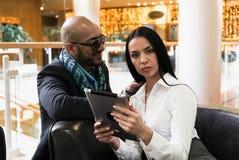Arabischer Mann und Mädchen, die Fotos auf digitaler Tablette schaut Stockfotografie
