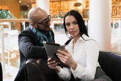 Arabischer Mann und Mädchen, die Fotos auf digitaler Tablette schaut Lizenzfreie Stockfotos