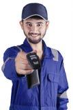 Arabischer Mechaniker, der einen Autoschlüssel gibt Stockbild
