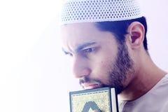 Arabischer moslemischer Mann mit koran Heiliger Schrift Stockbild