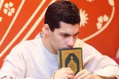 Arabischer moslemischer Mann mit koran Heiliger Schrift Lizenzfreies Stockfoto