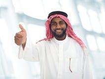 Arabischer nahöstlicher Mann mit dem Daumen oben Lizenzfreies Stockfoto