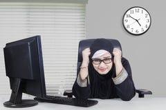 Arabischer weiblicher Unternehmer schaut frustriert stockbild