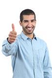 Arabischer zufälliger glücklicher Mann, der oben Daumen gestikuliert Stockfoto