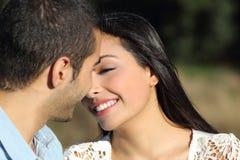 Arabischer zufälliger Paarflirt bereit, mit Liebe zu küssen Stockbilder