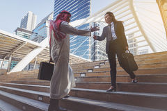 Arabisches Geschäftsmann- und Geschäftsfrauhändeschütteln Lizenzfreies Stockfoto