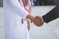 Arabisches Geschäftsmannarbeitskrafthändeschütteln Stockfotos