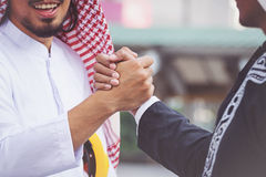 Arabisches Geschäftsmannarbeitskrafthändeschütteln Lizenzfreie Stockbilder